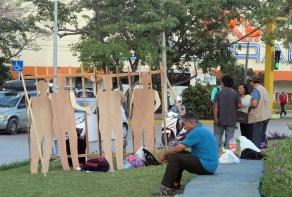 """Cancún.- activistas se manifiestan en contra de los """"traidores a la patria"""" la glorieta conocida como el ceviche con figuras de personajes de políticos y empresarios simulando estar tras las rejas."""