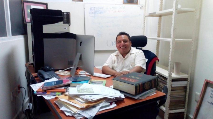 Wildernain Villegas Carrillo, en su lugar de trabajo en la UIMQRoo.