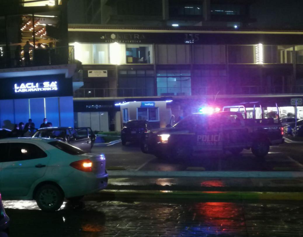 Mujer extranjera aparece golpeada en plaza comercial de Cancún