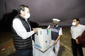 Mauricio Vila descargando vacunas coronavirus 1 del 120121