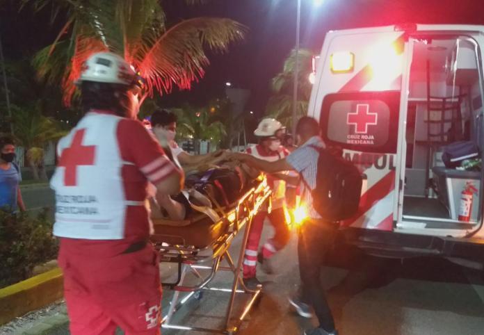FATAL ACCIDENTE: Derrapan dos jóvenes en motocicleta frente a plaza  comercial de Cancún; uno muere, el otro está grave - Noticaribe