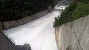 Aumenta descarga de la presa de Tavera al río Yaque del Norte
