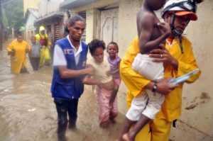 Sacan a la fuerza residentes en barrios inundados por crecidas arroyos