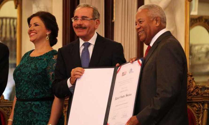 Medina entrega Premio Nacional de Periodismo 2017 a Osvaldo Santana