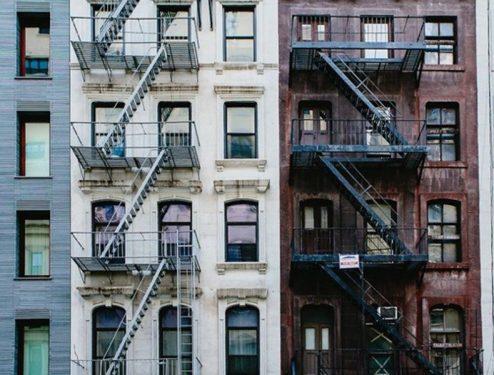 Niño de 2 años sobrevive caída de tres pisos en Queens
