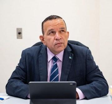 Parlamentario Endy Croes: Mike Eman a maltrata Marlon Sneek
