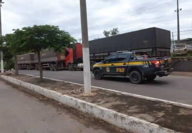 PRF flagra caminhoneiro com revólver e comprimidos de rebite na BR 242