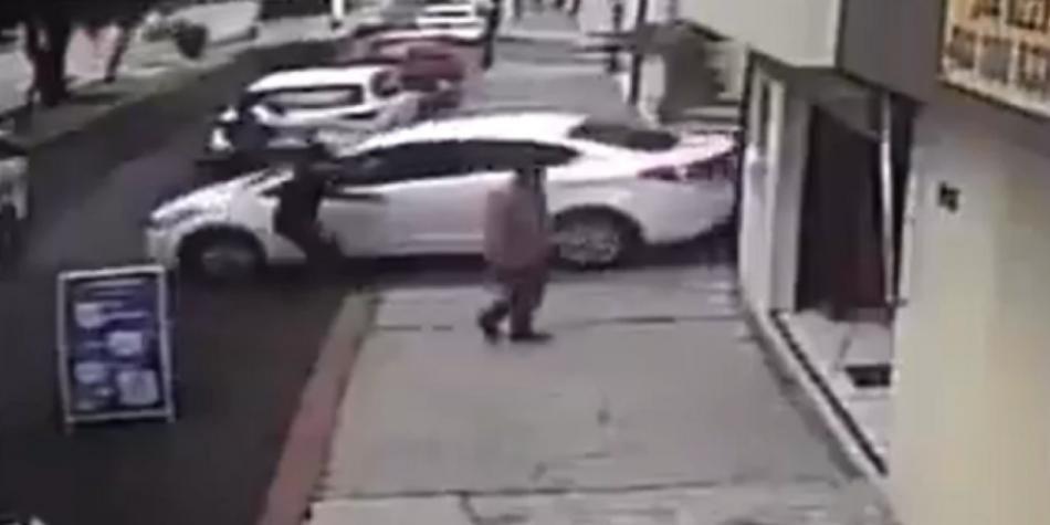 conductor atropelló a ladrones que le iban a robar el carro