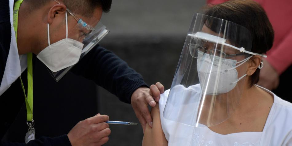 México aplica la primera dosis de la vacuna contra el covid-19