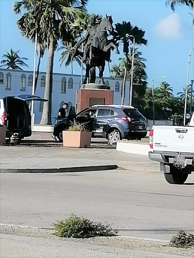 Lavado de autos en Plaza Simón Bolívar de Aruba causa indignación en la comunidad venezolana