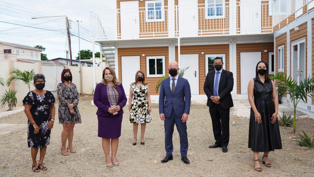 Primera ministra y secretario de estado visitan Fundación contra violencia relacional
