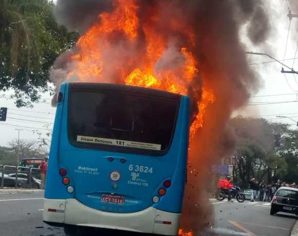 Ônibus da MobiBrasil pegando fogo