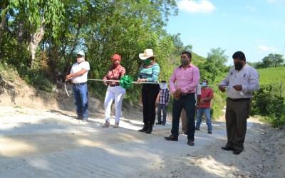 Citlali inaugura obra de huellas de rodamiento en concreto hidráulico para comunidades.