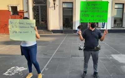 Se manifiestan maestros de inglés, llevan 3 meses sin cobrar