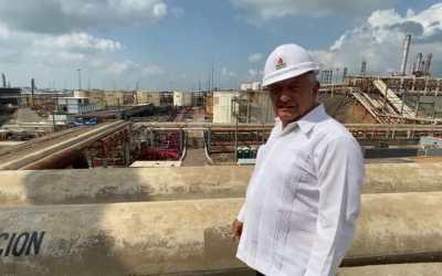 Visita AMLO refineria siniestrada en Minatitlán; destaca valor de trabajador que cerró las válvulas