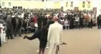 Pastor veste boneco como diabo e manda fiéis o agredirem com  sapatos, bolsas e até muleta em igreja