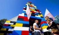 Igreja constroi templo gigante feito com peças de um brinquedo. Veja fotos