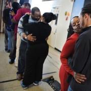 Pastor promove concurso de beijos durante o culto para estimular romance