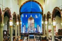 Falta de fiéis faz igrejas serem transformadas em casas, livrarias, cervejarias e até em um presépio alienígena