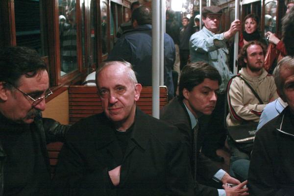 Em 2008, o então cardeal Jorge Mario Bergoglio toma o Metrô de Buenos Aires para levar a eucaristia a moradores de rua