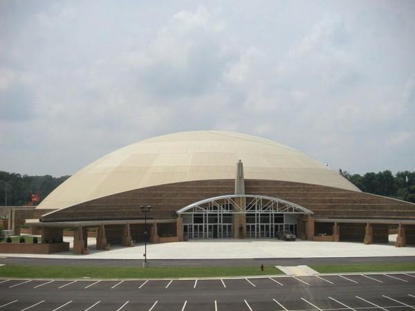 Entrada da Faith Chapel, com estacionamento para os membros