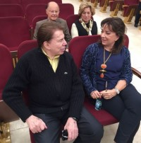 Silvio conversa com a esposa, Íris, observado por Edir Macedo e Ester Bezerra