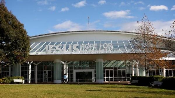 """Sede da Hillsong na Austrália estampa slogan """"Jesus, esperança da humanidade"""""""