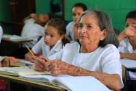 Para poder ler a Bíblia, idosa de 83 anos se matricula na escola com a neta e passa a estudar