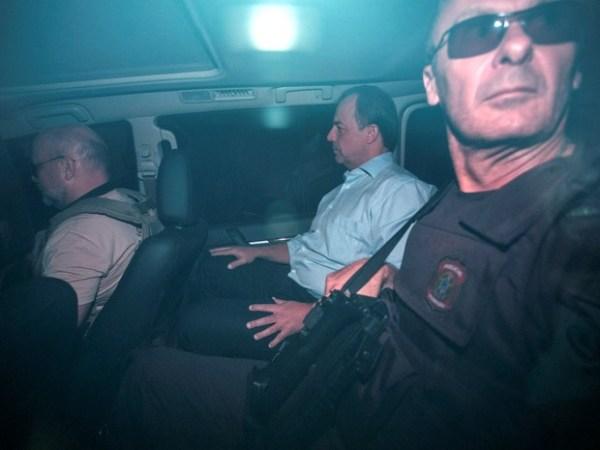 Cabral é conduzido por policiais federais