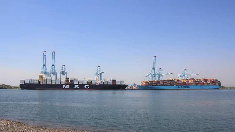 Puerto de Lázaro Cárdenas atiende 2 grandes barcos simultáneamente