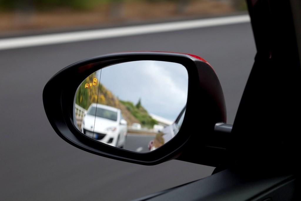 ¿Cuál es la importancia de los espejos retrovisores?