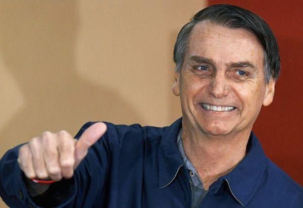 Como Kirchner, Bolsonaro firmó el acta presidencial con una lapicera popular