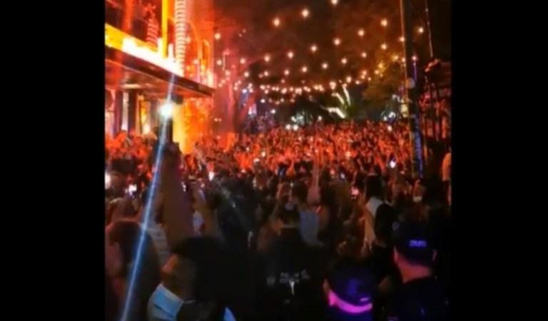 Pese a Covid-19, turistas abarrotan calles para celebrar año nuevo en Playa del Carmen