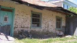 En la tarde del pasado martes, Gladys Graterol Rondón de 67 años de edad, murió accidentalmente al desplomarse una de las paredes de su residencia encima de ella. La hoy occisa se encontraba realizando sus labores cotidianas, y de repente una de las paredes de bahareque cayó encima de ella, dejandola herida de gravedad. Horas más tarde, entró a un centro de atención medica de la localidad, y posterior a su ingreso falleció. La sra Graterol de la tercera edad, viviá en el Cerro La Iglesia, de la Parroquia Mendoza Fría, del municipio Valera.