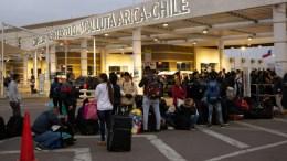Un grupo de personas hace fila en el puesto fronterizo de Chacalluta entre Chile y Perú