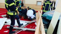 auto choca contra mezquita