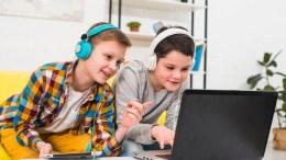 niños jugando con la computadora
