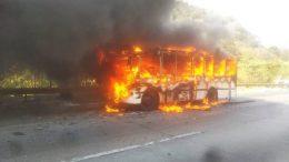 Microbus incendiado en Carabobo