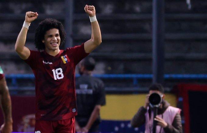 Eduard Bello anota el gol del triunfo de la Vinotinto ante Ecuador