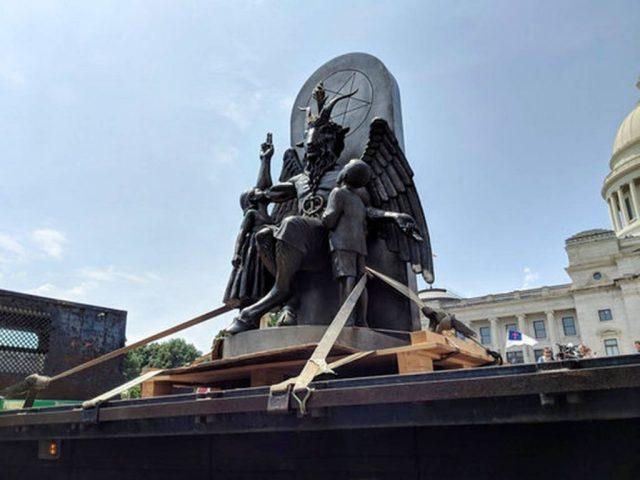 Inauguran estatua de satanás
