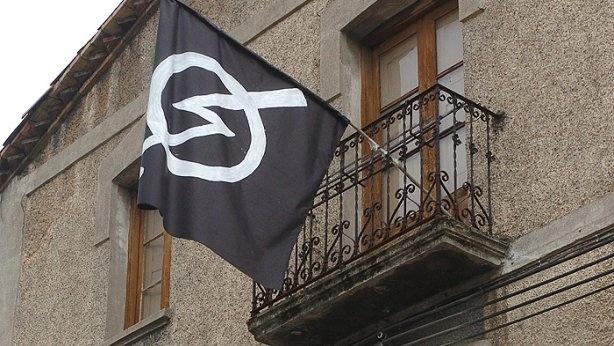 Bandera del movimiento 'okupa' en un inmueble de Villava-Atarrabia