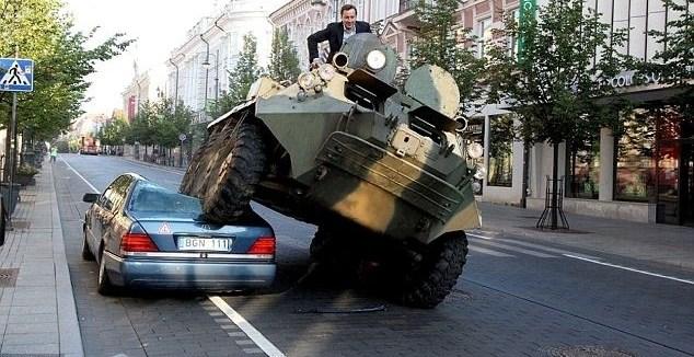 e213534406f5e673030b12a49a117407 - Un alcalde lituano destroza un Mercedes con un tanque