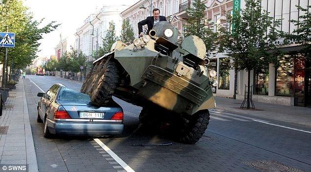 Un alcalde lituano destroza un Mercedes con un tanque