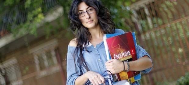 Esta profesora de 30 años se ha visto obligada a impartir francés por los recortes. Lo suyo es la Lengua, pero este curso dará también Latín y el idioma galo...