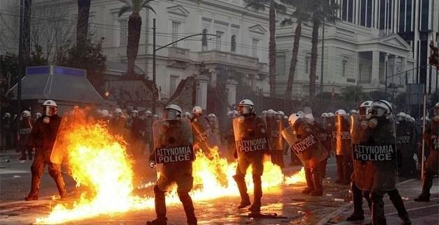 424cca5fb020ee25ae9c757d36b8e583 - Atenas arde por la aprobación de los recortes en el Parlamento