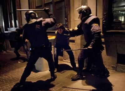 La Policía carga contra varios manifestantes de la marcha de Madrid.