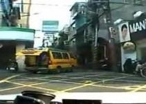 8a8fcb5ff0911329b5f54f95c95fff93 - Niño se cae del Bus