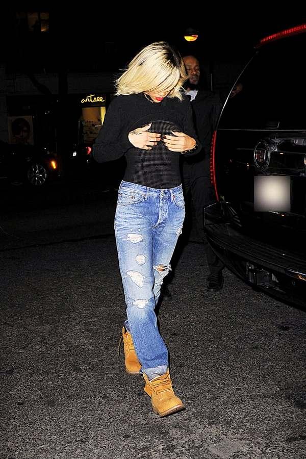 riana 1 - Rihanna salió a la calle con ropas transparentes