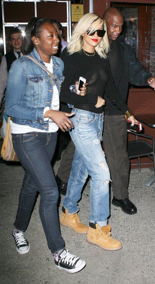 riana 5 - Rihanna salió a la calle con ropas transparentes