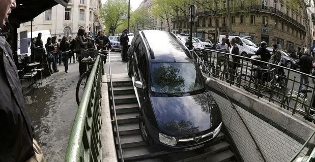 7af11f0818f11069c36aea151a232d38 - Conductor confunde escaleras de metro con aparcamiento